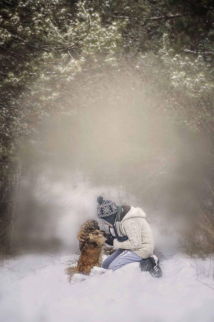 garoto-e-seus-cachorros-resgatados-10